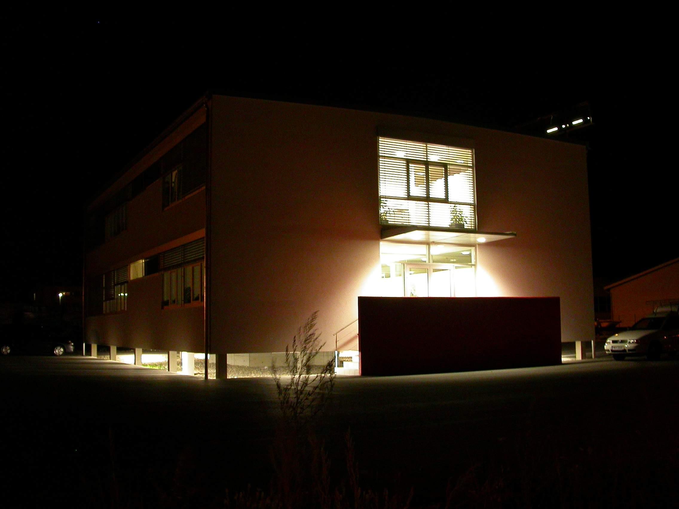 LIEGLER TAKEH ARCHITEKTEN Projekt Renault Trucks Eingang Nacht